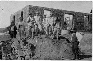 Ausführung von Hochbau- und Zimmererarbeiten nach der Rückkehr von Josef Unterpaintner (linkes Bild unten)